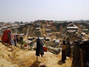 複雑な地形 丘の上で洗濯物を乾かす少女
